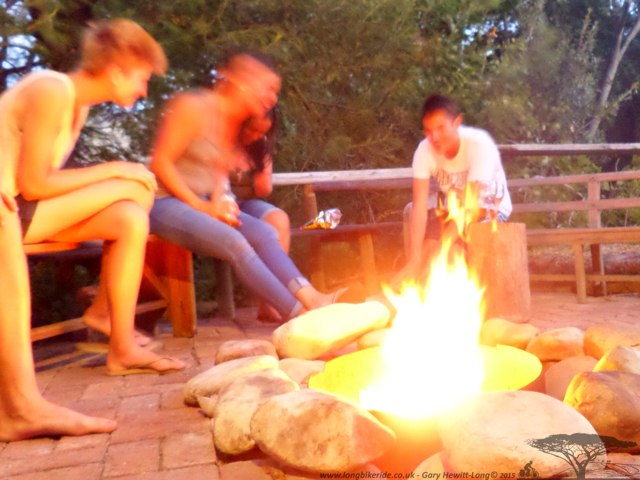 Having a drink and a laugh with other travellers at Otter Bend Lodge, Franshhoek